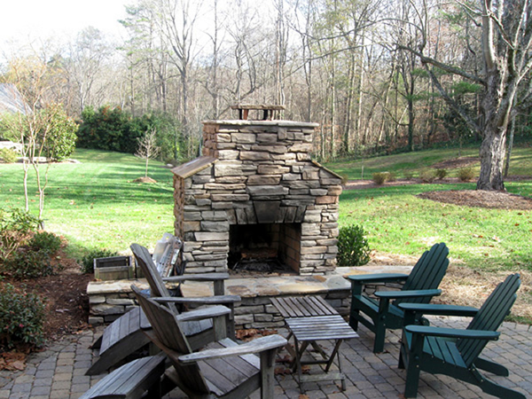 Outdoor-Fireplace-with-pave
